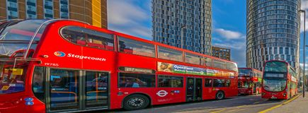 Ônibus de dois andares vermelhos na parada do ônibus central Stratford Imagens de Stock