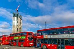 Ônibus de dois andares vermelhos na parada do ônibus central Stratford Fotografia de Stock Royalty Free