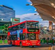 Ônibus de dois andares vermelhos na parada do ônibus central Stratford Fotos de Stock Royalty Free