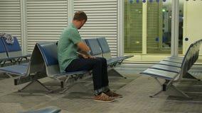 Ônibus de espera furado do passageiro, verificando o email no smartphone, lendo a notícia vídeos de arquivo