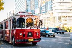 Ônibus de excursão da cidade de Seoul no quadrado de Gwanghwamun Cheonggye no outono em Seoul, Coreia imagem de stock