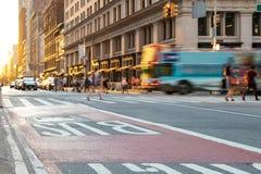 Ônibus de excursão de New York City que conduz abaixo da 5a avenida em Manhattan New York City Foto de Stock