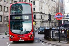 Ônibus de Londres e sinal subterrâneo Fotos de Stock