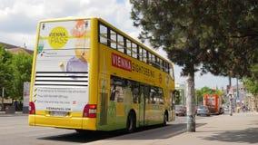 Ônibus de turista e carros moventes no fundo de Volkstheater, opinião das ruas filme