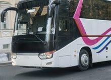 ônibus de turista em uma rua da cidade Foto de Stock Royalty Free