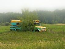 Ônibus de velha escola abandonado abandonado em um campo foto de stock royalty free