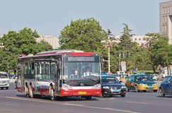 Ônibus de Yutong em Chang An Avenue, Pequim, China Fotografia de Stock