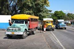 Ônibus do caminhão em Cuba imagem de stock