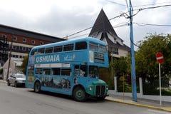Ônibus do ônibus de dois andares na rua de Ushuaia Imagens de Stock Royalty Free