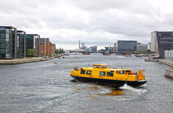 Ônibus do porto em Copenhaga, Dinamarca fotografia de stock royalty free
