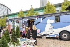 Ônibus do stadsbibliotek de Helsínquia na feira de livro 2014 de Francoforte fotografia de stock royalty free
