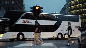Ônibus e povos no Potsdamer Platz em Berlim na noite filme