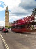 Ônibus e táxi vermelhos perto da ponte de Westminster fotografia de stock royalty free