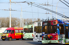 Ônibus e táxis de trole na parada final, Gomel, Bielorrússia imagens de stock
