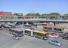 Ônibus e táxis em uma interseção ocupada, Pequim, China Imagens de Stock