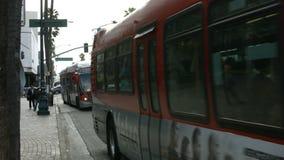 Ônibus e tráfego do bulevar de Wilshire vídeos de arquivo