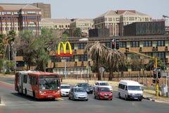 Ônibus e tráfego em uma interseção em Joanesburgo Imagens de Stock