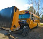Ônibus escolar alaranjado amarelo com a capa aberta para reparos foto de stock royalty free