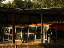 Ônibus escolar do vintage no parque de estacionamento velho foto de stock