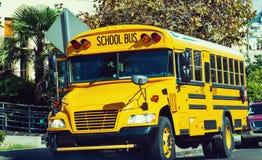 Ônibus escolar estacionado pela escola Imagens de Stock