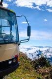 Ônibus estacionado na borda de um penhasco fotos de stock royalty free