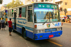 Ônibus local na rua movimentada de Yangon, Myanmar Imagem de Stock Royalty Free