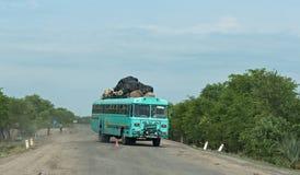 Ônibus na estrada M10 entre Kazungula e Sesheke na Zâmbia do sul paralela ao Zambezi River Imagem de Stock Royalty Free