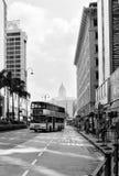 Ônibus na estrada, preto e branco Fotos de Stock