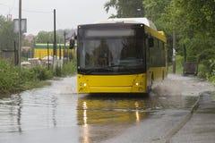 Ônibus na inundação imagem de stock royalty free