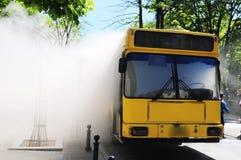 Ônibus no fogo na rua Foto de Stock
