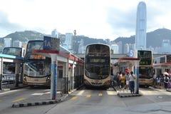 Ônibus no intercâmbio do ônibus da balsa da estrela em Kowloon foto de stock royalty free