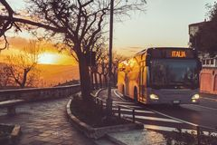 Ônibus no pôr do sol imagem de stock