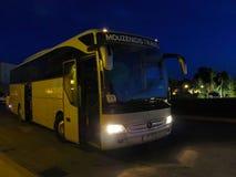 Ônibus no parque de estacionamento na noite Imagem de Stock