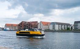 Ônibus ou barco do porto de Movia Bryggen em Copenhaga fotografia de stock royalty free
