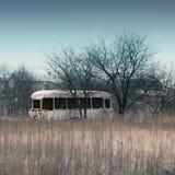 Ônibus oxidado velho no campo imagem de stock