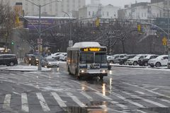 Ônibus público durante a tempestade da neve no Bronx New York Imagens de Stock