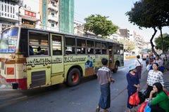Ônibus público, Yangon, Myanmar Imagens de Stock Royalty Free
