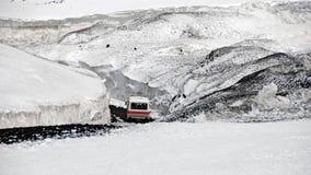 Ônibus-passeio no Monte Etna snowcovered Fotografia de Stock