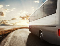 Ônibus que conduz na estrada rendição 3d Fotos de Stock