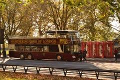Ônibus superior aberto de Londres das excursões grandes do ônibus Fotos de Stock Royalty Free