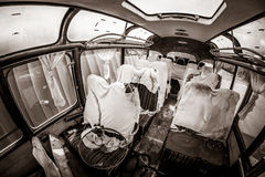 Ônibus velho assombrado com fantasmas, cena de assassinato, visão apocalíptico com as folhas cobertas do sangue em assentos e ass Foto de Stock