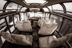 Ônibus velho assombrado com fantasmas, cena de assassinato, visão apocalíptico com as folhas cobertas do sangue em assentos e ass Foto de Stock Royalty Free