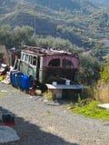 Ônibus velho da vila nas montanhas imagens de stock