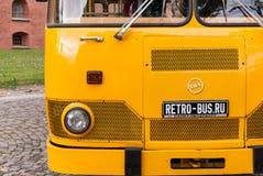 Ônibus velho no parque de estacionamento em St Petersburg, Rússia Foto de Stock
