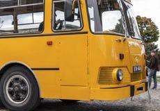 Ônibus velho no parque de estacionamento em St Petersburg, Rússia Imagem de Stock