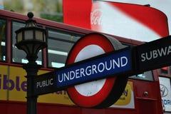 Ônibus vermelho do ônibus de dois andares do sinal subterrâneo de Londres Imagem de Stock