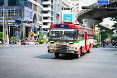 Ônibus vermelho público na rua de Banguecoque Foto de Stock Royalty Free