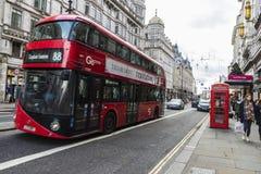 Ônibus vermelho que circula em Londres, Reino Unido fotos de stock royalty free