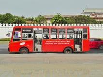 Ônibus vermelho tailandês no palácio grande imagens de stock royalty free
