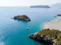 Ö av den Dino och Scoglio delloen Scorzone, den flyg- sikten, ön och landning, Praia en sto och San Nicola Arcella, landskap av C Arkivbild